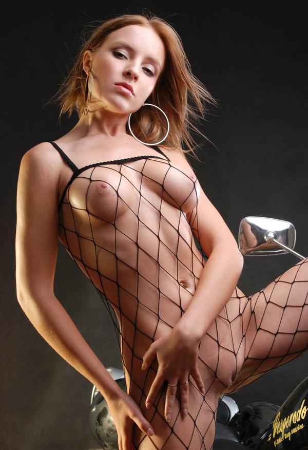 chica guapa desnuda vestida con rejillas (1)