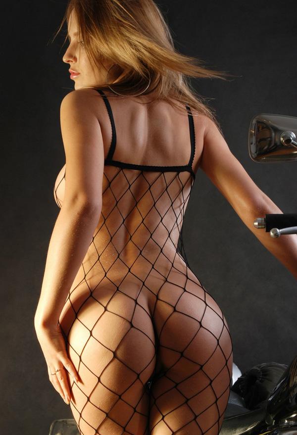 chica guapa desnuda vestida con rejillas (3)