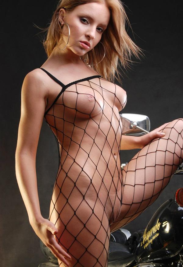 chica guapa desnuda vestida con rejillas (4)
