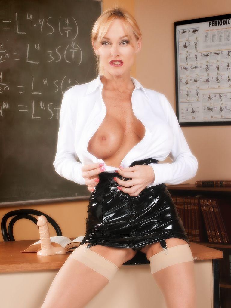 profesora--madura-se-desnuda-y-se-masturba-en-clase (1)