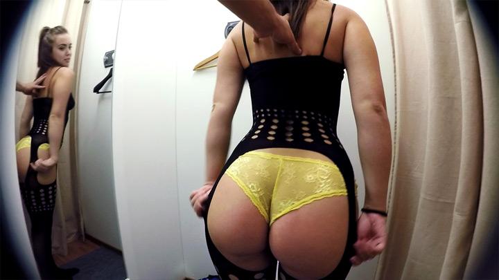 Chica joven guapa follada en el vestidor de ropa