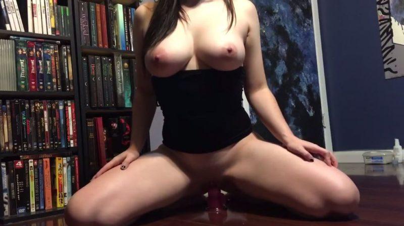 Latina tetona cabalgando sobre un dildo frente a la webcam