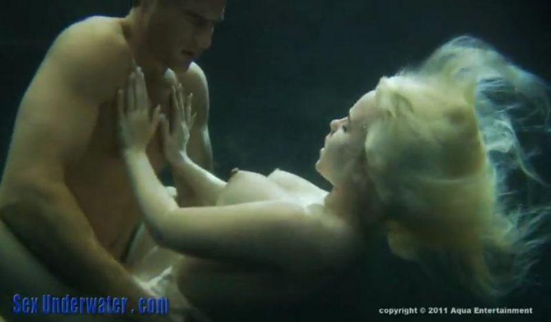Follando bajo el agua con una rubia tetona