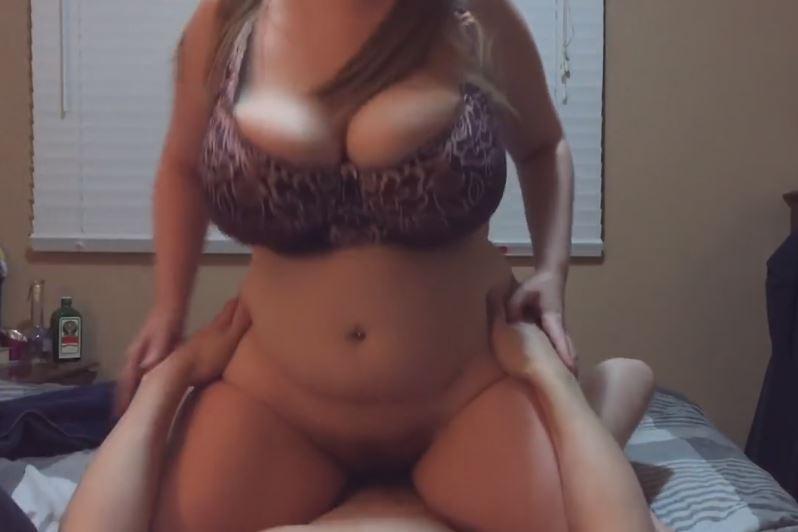 Chica gorda tetona follando y cabalgando encima de su novio