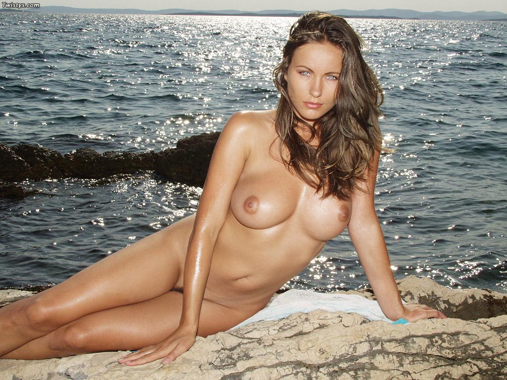 Fotos De Una Hermosa Morena De Ojos Azules Desnuda En Una Playa