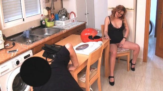 Impresionante embarazada pelirroja follando con el pizzero