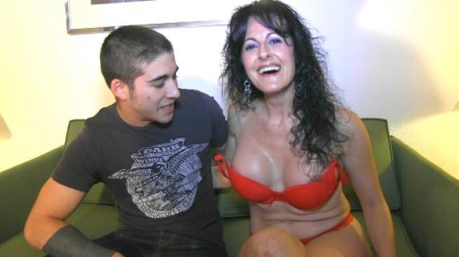 Soraya Marco, mujer de 40 años follando con un chico de 20 años