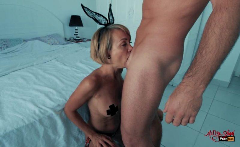 Madura puta realizando una buena mamada con garganta profunda.
