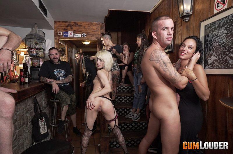 Tía se ofrece para follar en un bar en publico