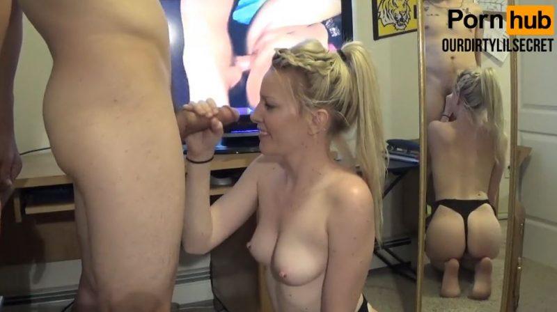 Chica rubia pajeando a su novio
