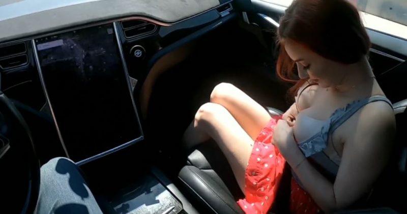 Follando con una joven de Tinder en un Tesla con piloto automático