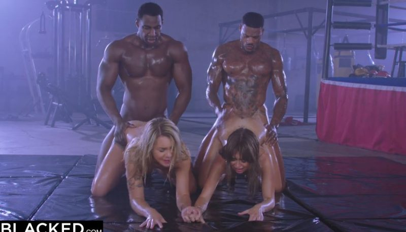 Hombres negros musculosos follando con dos chicas muy guapas