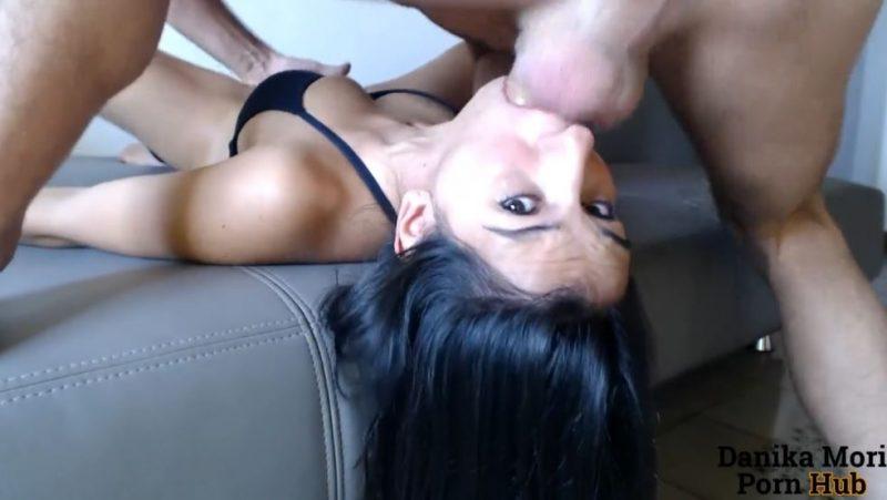 Chico se folla a su novia por la boca con la webcam en directo