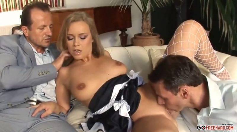 Marido infiel se folla a la criada con su amigo cuando su mujer no esta