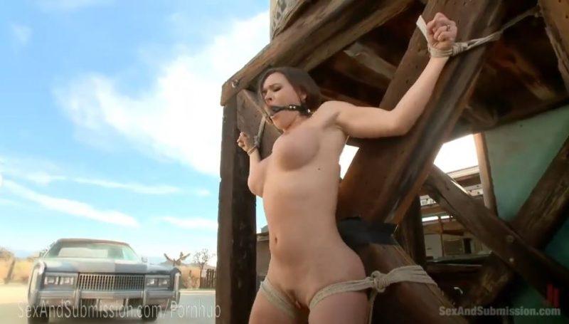 Mujer atada y amordazada al aire libre