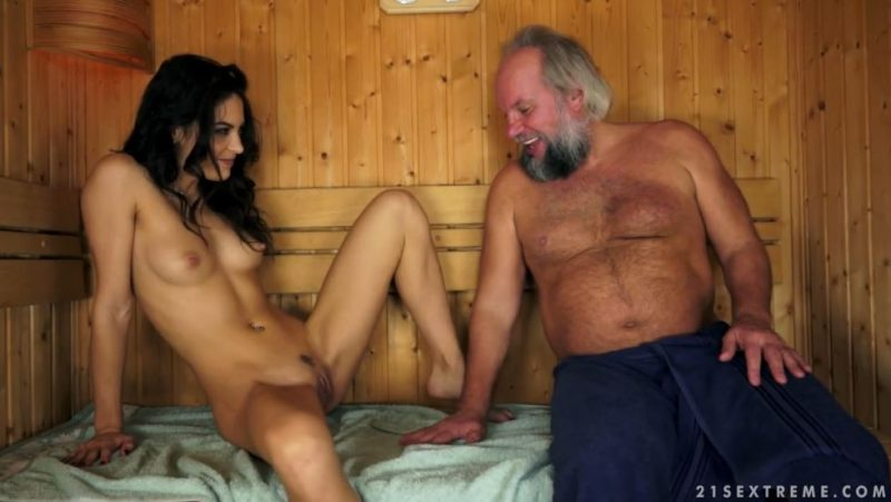 Joven morena cachonda desnuda se insinúa a viejo barbudo en la sauna