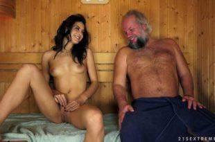 Chica joven follada por un viejo en la sauna