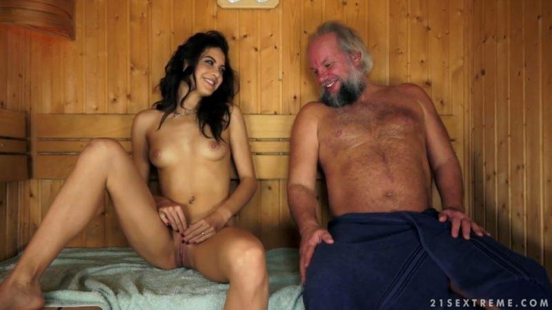 Jovencita morena desnuda con un viejo en la sauna