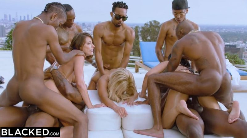 Chicas rubias y blancas folladas por un grupo de hombres negros