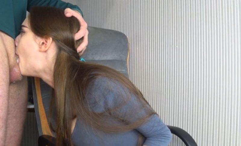 Secretaria cachonda le hace una mamada profunda a su jefe