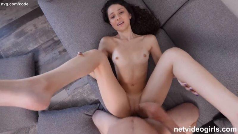 Preciosa y delgada joven amateur es follada por primera vez en un casting porno xxx
