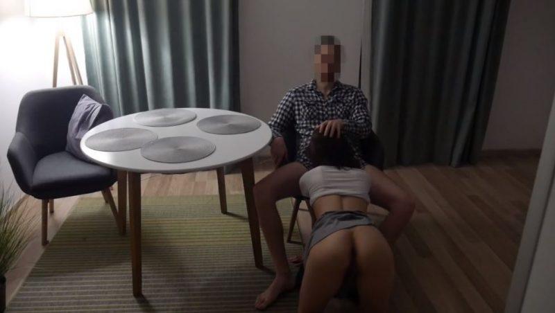 Esposa se la chupa a un amigo delante de su marido