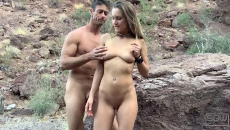 Pareja caliente tiene sexo al aire libre en las montañas