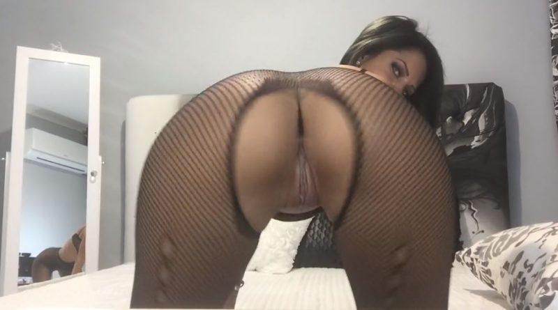 Milf puta morena realiza un twerking delante de la webcam porno