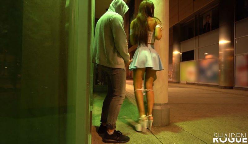 chica guapa se da la vuelta para ser follada por detrás en la calle