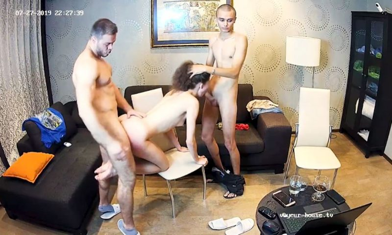 Dos chicos follando con una chica por webcam
