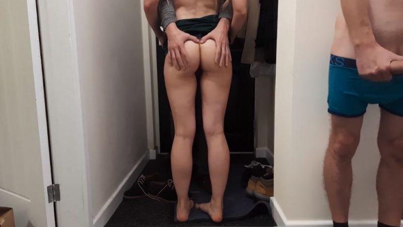 Novia cachonda tiene sexo con el repartidor delante de su novio.