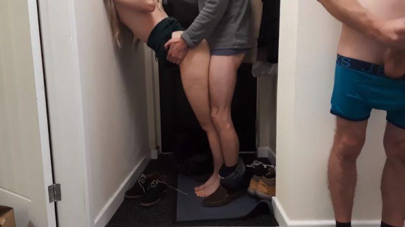 Novia cachonda follada por detrás de pie por el repartidor de paqueteria