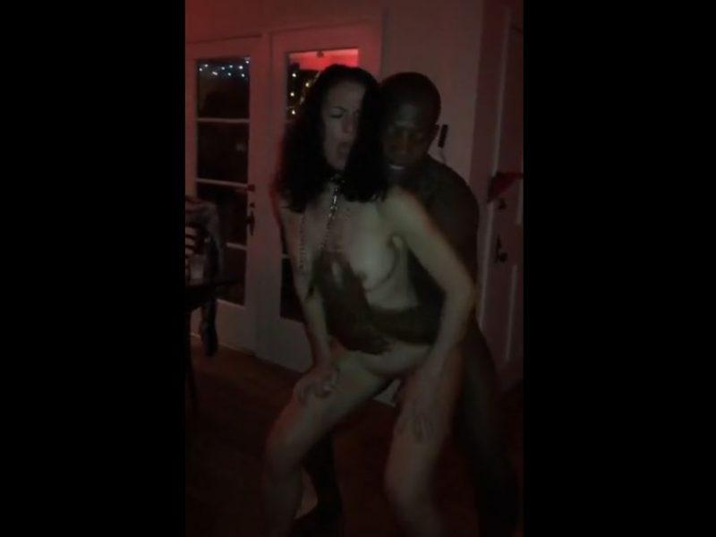 mujer madura follada de pie por hombre negro en una fiesta sexual