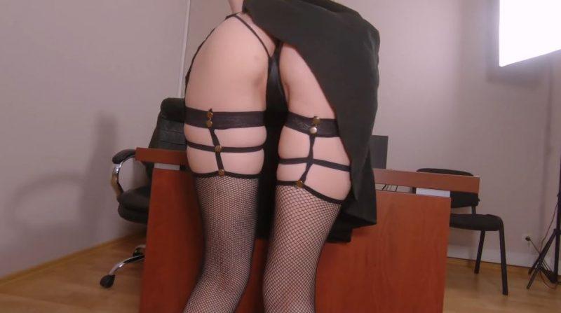 Secretaria sexy muestra sus piernas con medias sexys.